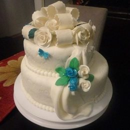 Thumb curly bow and roses wedding cake